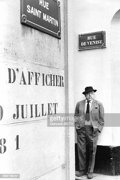 Le poète Jacques Prévert se promène dans Paris circa 1960 en France