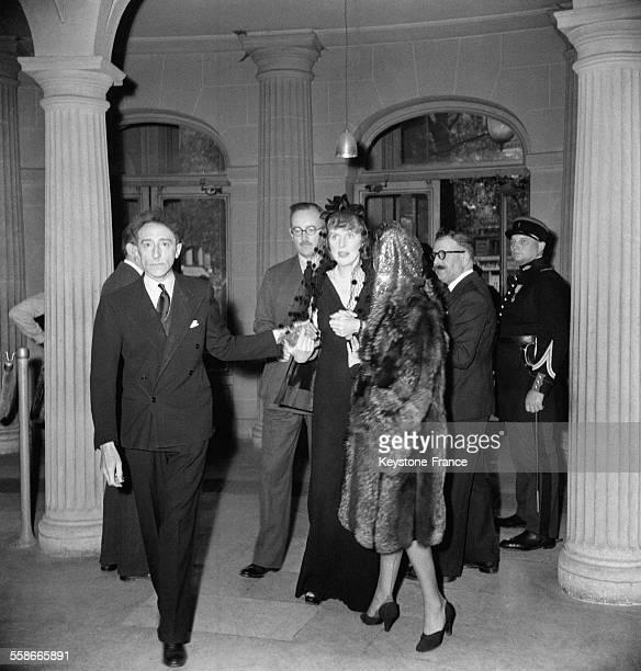 Le poète Jean Cocteau et Lady Diana Cooper à la Comédie Française à Paris France en 1945