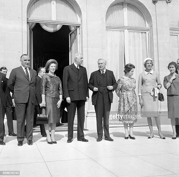 Le premier ministre britannique pose sur le perron de l'Elysee en compagnie du General de Gaulle de Georges Pompidou et de leurs epouses respectives...