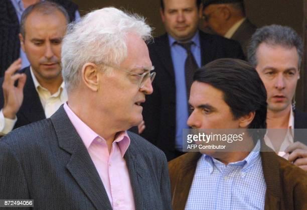 le Premier ministre espagnol José Maria Aznar et le Premier ministre Lionel Jospin sortent du cloître de San Juan de Dios le 06 mai 2001 à Tolède...