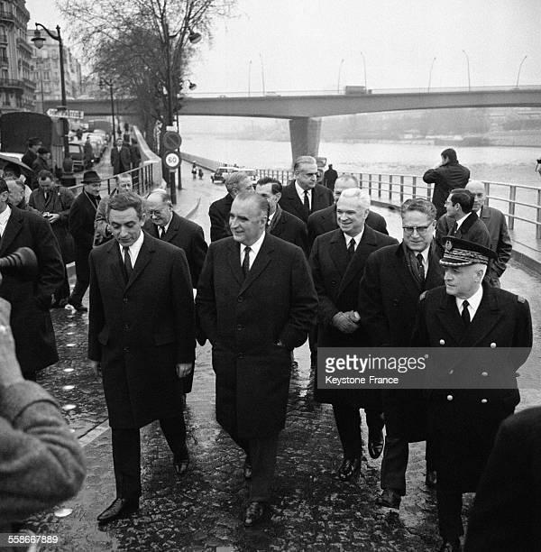 Le premier Ministre Georges Pompidou photographié après avoir coupé le ruban avec à droite Monsieur Caldaguès Président du conseil municipal Paul...