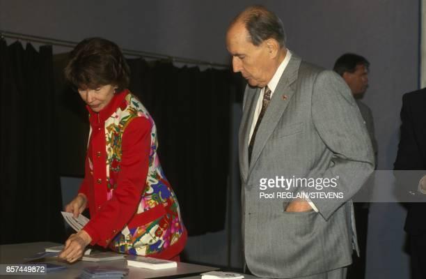 Le president de la Republique Francois Mitterrand et sa femme Danielle votent pour les elections legislatives le 21 mars 1993 a ChateauChinon France