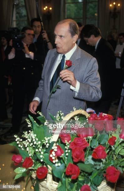 Le president de la Republique Francois Mitterrand recoit le muguet du 1er mai au palais de l'Elysee le 30 avril 1992 a Paris France