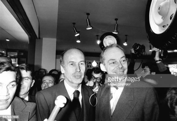 Le President de la Republique Valery Giscard d'Estaing en compagnie de Francois Michelin au Salon de l'Automobile en octobre 1974 a Paris France