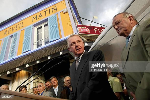 Le president de l'UCI Hein Verbruggen et le directeur general du Tour de France JeanMarie Leblanc s'expriment le 01 juillet 2003 a Montgeron devant...