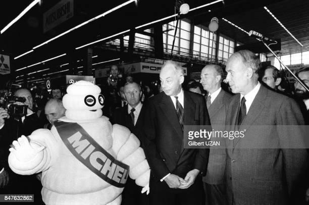 Le President Valery Giscard d'Estaing visite le Salon de l'Auto en compagnie de Francois Michelin Le 3 octobre 1980 Paris France