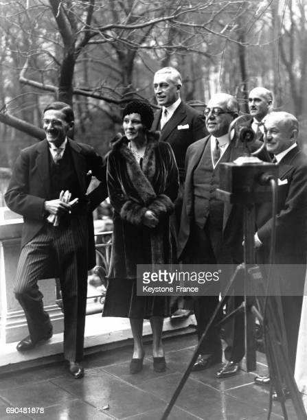 Le prince Aga Khan III et Andrée Joséphine Carron posant avec les photographes lors de leur mariage le 7 décembre 1929 à AixlesBains France