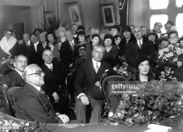 Le prince Aga Khan III et la princesse Andrée Aga Khan et leurs invités le 7 décembre 1929 dans la salle des mariages de la mairie d'AixlesBains...