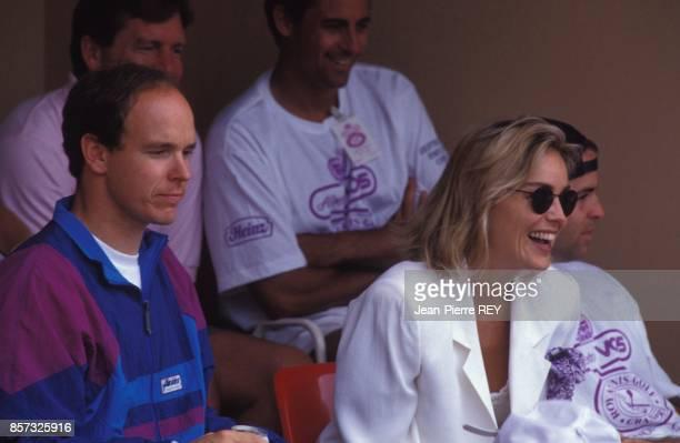 Le prince Albert de Monaco et Sharon Stone assistent au tournoi de tennis des celebrites le 6 juillet 1992 a Monaco