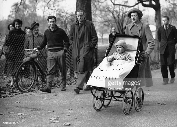 Le Prince Charles a Green Park dans sa poussette entoure de badaud qui le regarde le 14 novembre 1950 a Londres RoyaumeUni