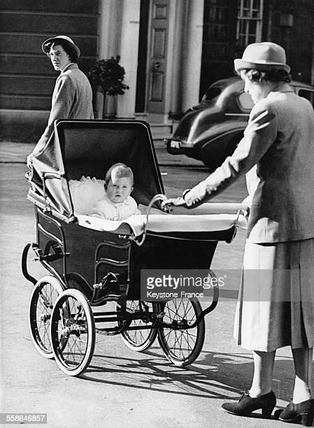 Le Prince Charles dans son landau rentrant chez lui avec sa nurse en novembre 1949 a Londres RoyaumeUni