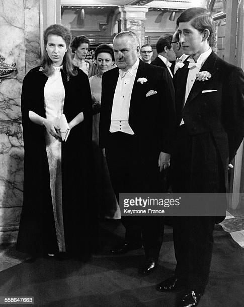 Le Prince Charles et la Princesse Anne en compagnie de M Leslie MacDonald du London Palladium a leur arrivee au London Palladium la Princesse...