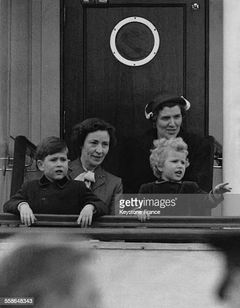 Le Prince Charles et sa soeur la Princesse Anne accompagnes de leurs nourrices sur le pont du Britannia le 14 avril 1954 a Portsmouth RoyaumeUni