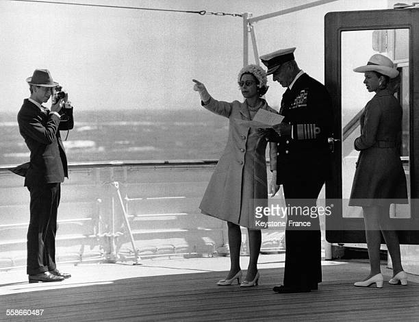 Le Prince Charles prend une photo de sa mère la Reine Elizabeth II de Lord Mountbatten of Burma et de la Princesse Anne à bord du 'Britannia' lors...