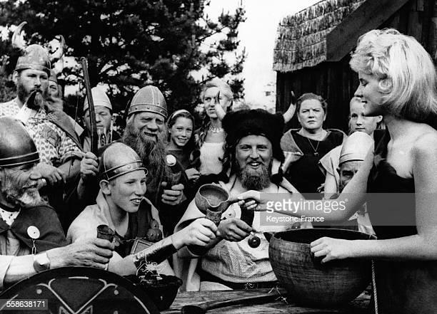 Le Prince Christian de Damenark âgé de 17 ans répétant une scène de la saga 'Amled' en costume de Viking et entouré d'acteurs à Copenhague Danemark...