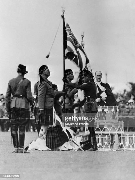 Le prince de Galles remettant un nouveau drapeau au 2e bataillon de l'école militaire à Dover RoyaumeUni le 6 juillet 1935