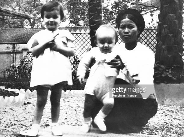 Le Prince Henrik a quelques mois en compagnie de sa soeur Francoise agee de 2 ans et d une nurse vietnamienne alors que ses parents vivaient en...