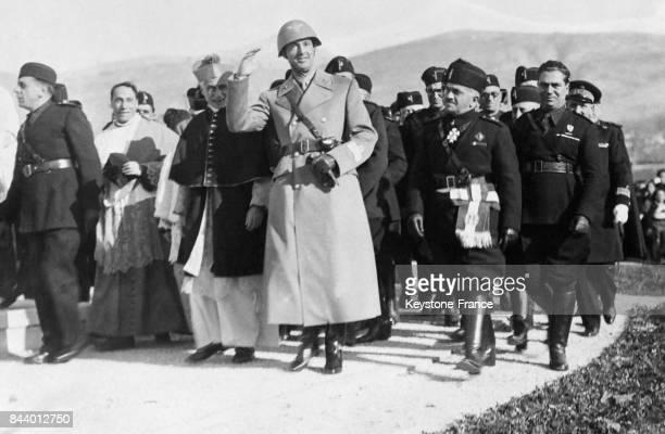 Le prince Humbert de Piémont allant inaugurer le monument érigé en souvenir des morts de la Grande Guerre à Caserta Italie en janvier 1936
