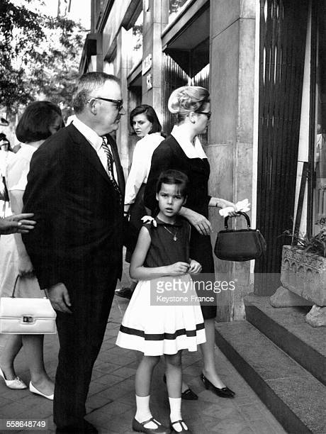 Le Prince Rainier la Princesse Caroline et la Princesse Grace s'apprêtent à entrer dans un immeuble le 18 mai 1964