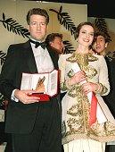 le producteur américain David Lynch pose pour les photographes en compagnie de l'actrice italienne Isabella Rossellini le 21 mai 1990 à Cannes lors...