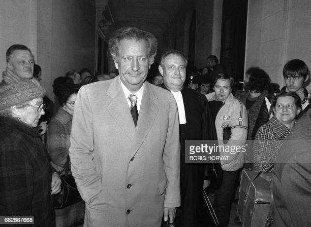 Le producteuranimateur Pierre Bellemare arrive le 21 janvier 1981 au tribunal d'Amiens en compagnie de son avocat Maître Curtil pour son procès pour...