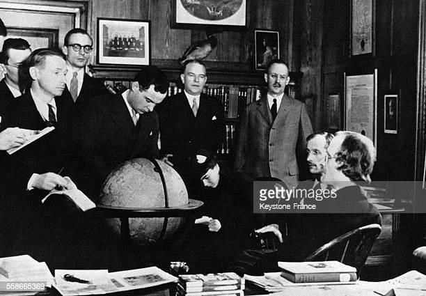 Le Professeur suisse Auguste Piccard à droite en compagnie de son frère Jean assis à côté de lui est interviewé par les journalistes lors de son...