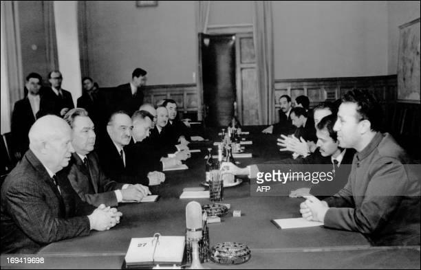 Le président algérien Ahmed Ben Bella et son ministre des Affaires étrangères Abdelaziz Bouteflika s'entretiennent avec le président du Conseil des...