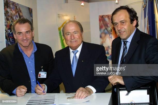 Le président de la FIFA le Suisse Joseph Sepp Blatter accompagné de son conseiller spécial l'ancien international de football français Michel Platini...