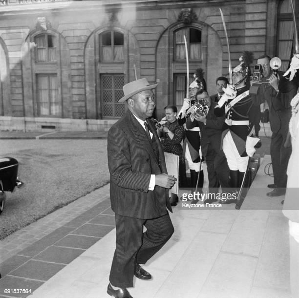 Le Président de la République du Gabon Léon Mba monte les marches du perron du palais de l'Elysée à Paris France le 15 juin 1962