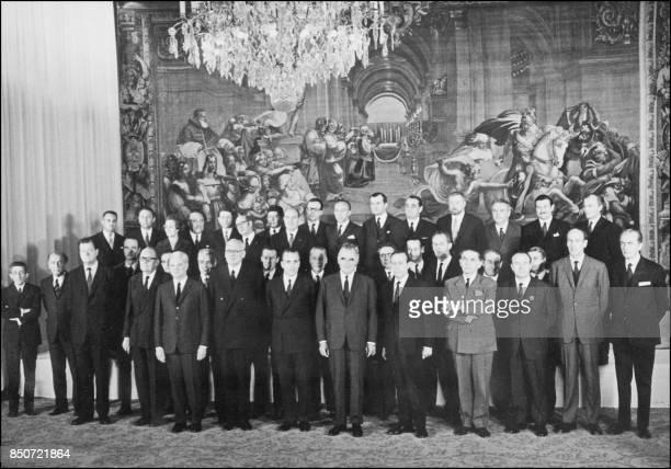 Le président de la République Georges Pompidou et son premier ministre Jacques ChabanDelmas posent le 23 juin 1969 au Palais de l'Elysée avec les...