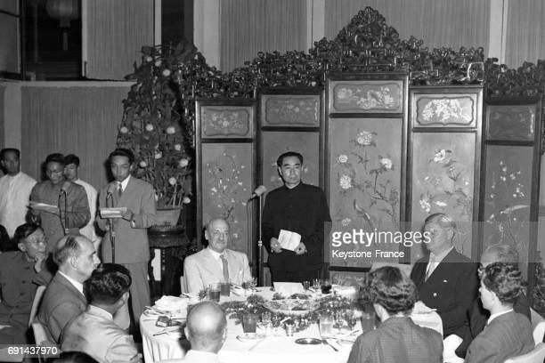 Le Président de la République populaire de Chine Zhou Enlai prononce un discours en l'honneur de son invité Clemet Attlee à Pékin Chine en 1954