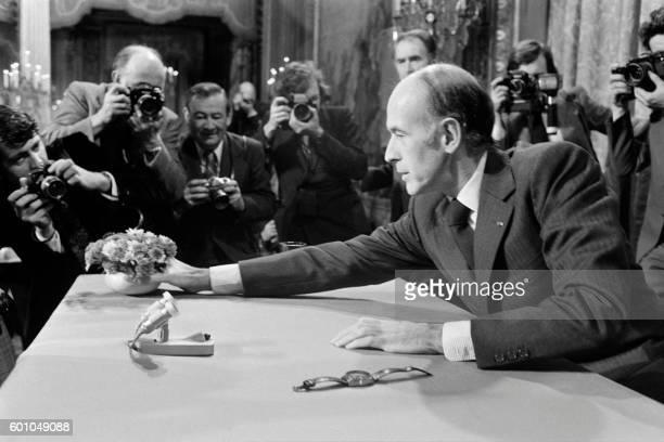 Le président de la République Valéry Giscard d'Estaing s'apprête à tenir une conférence de presse radiotélévisée en direct au palais de l'Elysée le...