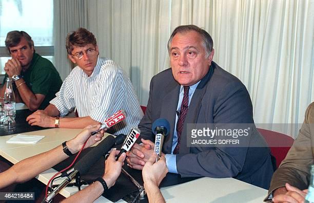 Le président de l'Association Sportive de Monaco JeanLouis Campora répond aux questions des journalistes sous le regard de l'entraîneur de l'AS...