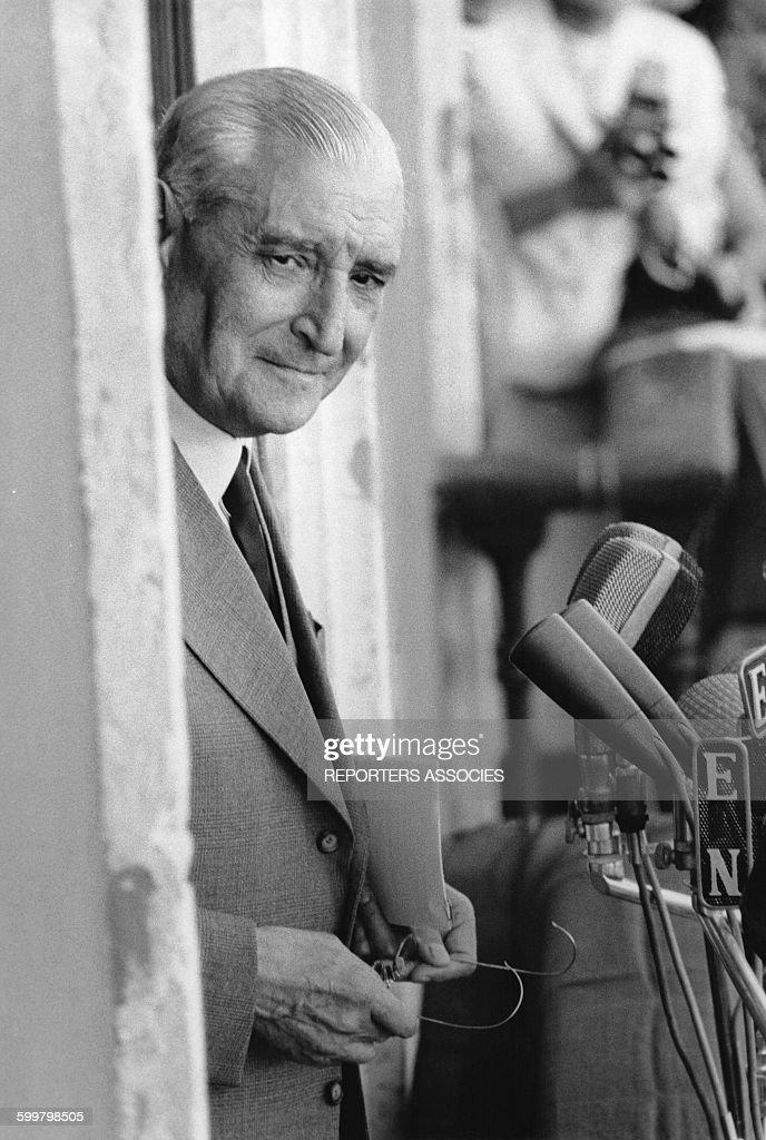 Le président du conseil des ministres du portugal et chef de file de l'Estado Novo, Antonio de Oliveira Salazar avant de s'exprimer à la tribune, circa 1960, au Portugal .