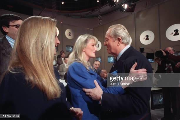 Le président du Front National JeanMarie Le Pen candidat aux élections présidentielles est encouragé par deux de ses filles Yann et Marine le 27...