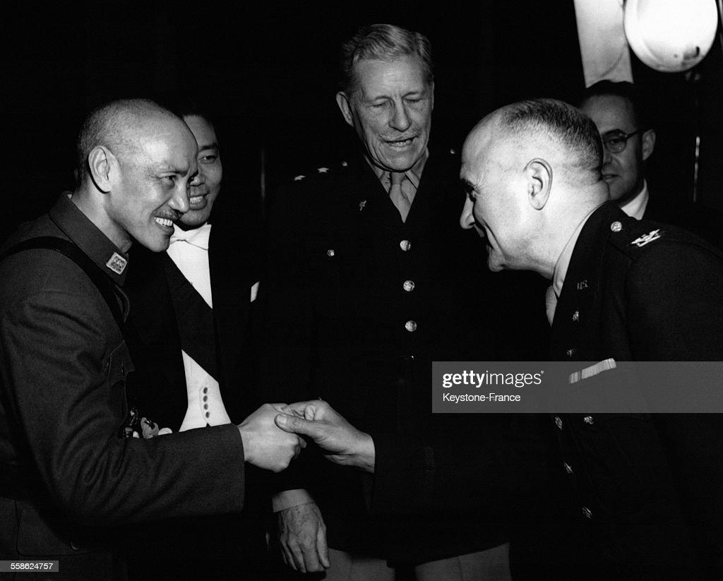 Le président du gouvernement central de la République de Chine Tchang Kaïchek félicitant le colonel américain Morris Defasse l'ambassadeur américain...