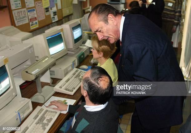 le président et candidat à l'élection présidentielle Jacques Chirac visite la maison de la solidarité de ToursNord le 27 février 2002 lors de son...