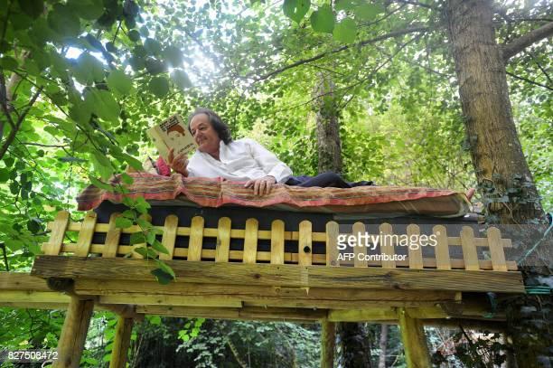 Le président et fondateur de 'La Forêt des Livres' l'écrivain Gonzague SaintBris est allongé dans son lit de lecture installé dans les arbres le 26...