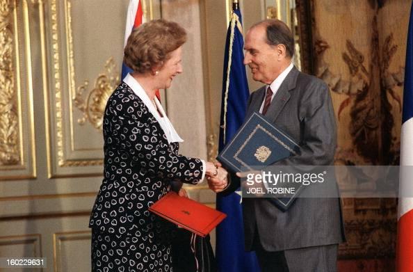 Le président François Mitterrand échange avec le premier ministre britannique Margaret Thatcher les instruments de ratification du tunnel sous la...