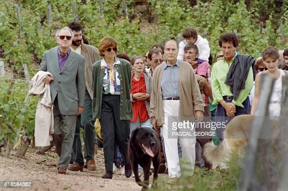 Le président François Mitterrand marche le 30 ami 1993 accompagné de Jack Lang et du directeur du groupe Yves SaintLaurent Pierre Bergé lors de...