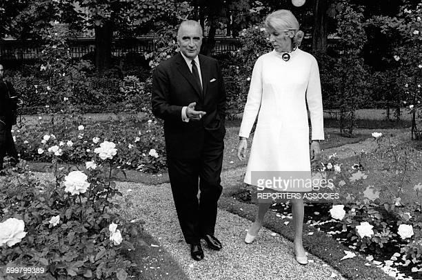 Le Président Georges Pompidou et son épouse Claude dans les jardins de l'Elysée le 21 juin 1969 circa 1960 à Paris France