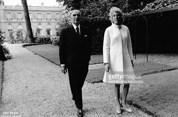 Le Président Georges Pompidou et son épouse Claude en promenade dans les allées de l'Elysée le 21 juin 1969 à Paris France