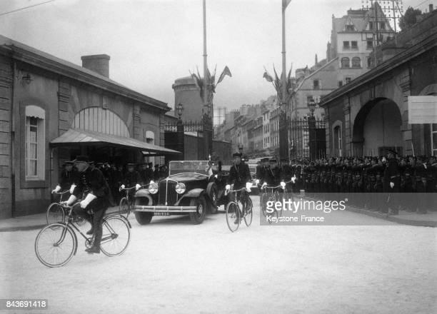 Le président Lebrun arrive en voiture sous escorte cycliste policière à l'arsenal en mai 1936 à Brest France