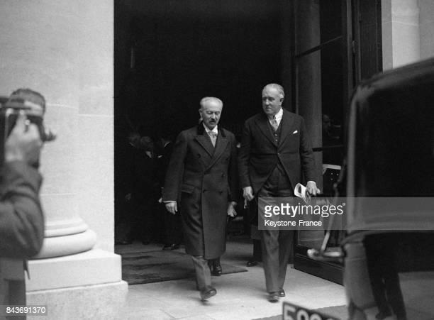 Le président Lebrun et le diplomate belge André de Kerchove de Denterghem sortent d'une exposition de souvenirs de la Reine Astrid en mai 1936