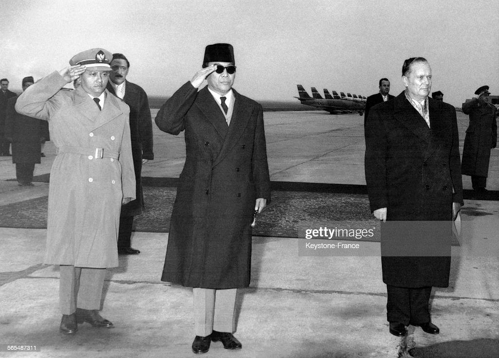 Le président Tito et le Président Soekarrno saluant les troupes à l'aéroport de Belgrade, Yougoslavie.