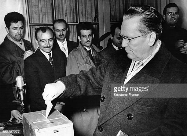 Le président Tito mettant son bulletin dans l'urne dans un bureau de vote à Belgrade Yougoslavie le 25 mars 1958