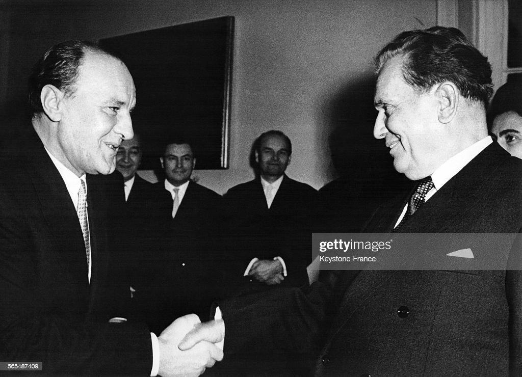 Le Président Tito reçu par le dirigeant de la République populaire de Hongrie, <a gi-track='captionPersonalityLinkClicked' href=/galleries/search?phrase=Janos+Kadar&family=editorial&specificpeople=220957 ng-click='$event.stopPropagation()'>Janos Kadar</a> à son arrivée à Budapest, Hongrie le 5 décembre 1962.