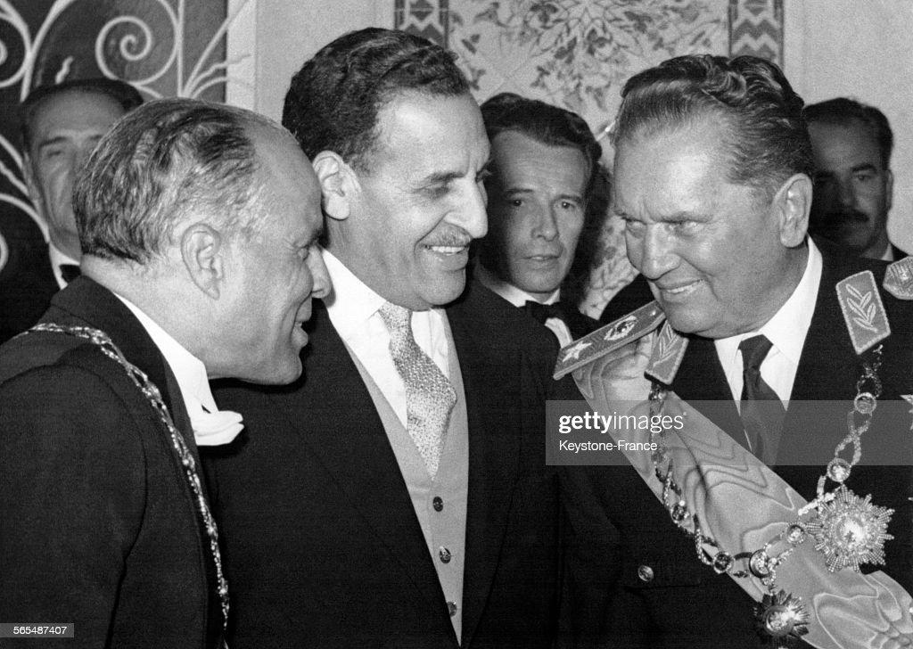 Le Président tunisien Habib Bourgiba, le Président du gouvernement provisoire algérien Ferhat Abbas et le Président Tito en conversation lors de la réception donné en l'honneur de Tito, à Tunis, Tunisie en avril 1961.