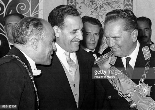 Le Président tunisien Habib Bourgiba le Président du gouvernement provisoire algérien Ferhat Abbas et le Président Tito en conversation lors de la...