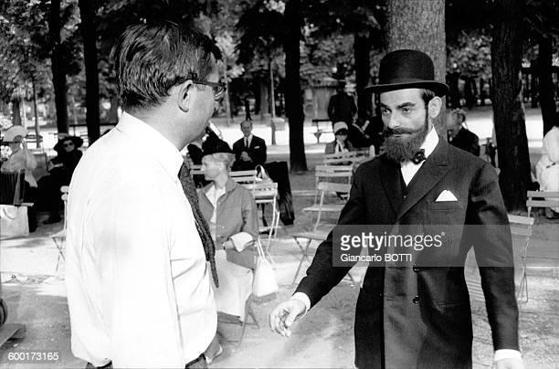 Le réalisateur Claude Chabrol dirige Charles Denner sur le tournage du film 'Landru' le 14 juin 1962